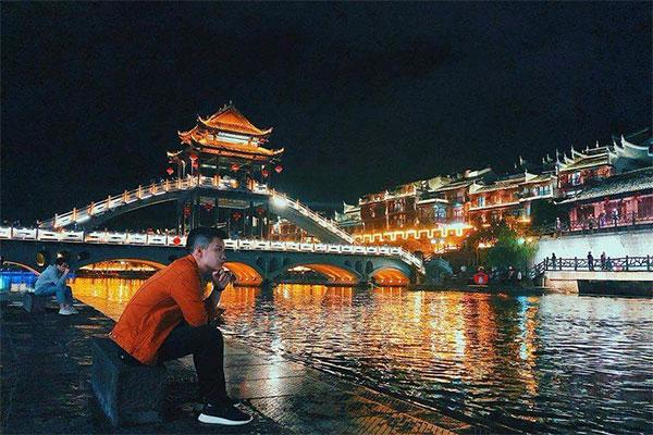 Review Phượng Hoàng cổ trấn về đêm - Tiên Phong Travel