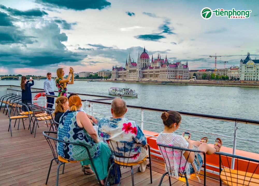 Du thuyền ngắm cảnh sông Danube