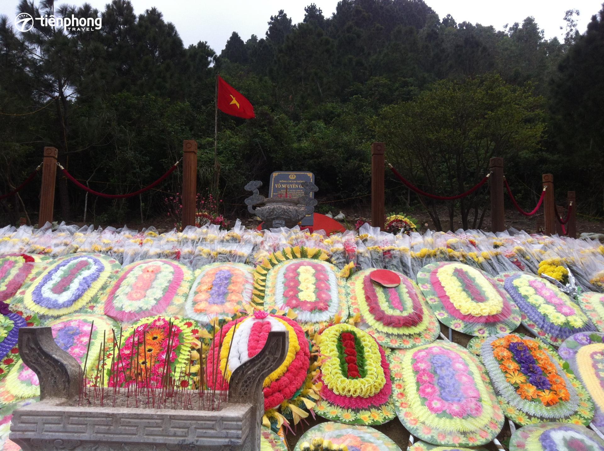 viếng mộ Đại tướng Võ Nguyên Giáp